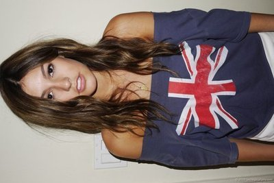 Фото Девушка в майке с британским флагом.